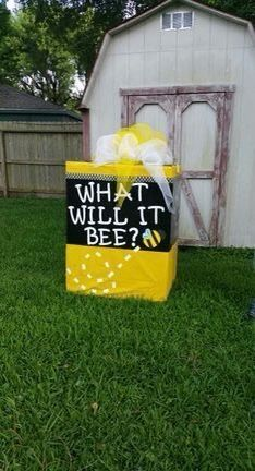 Gender reveal bumble bee box - instead of the balloon Gender Reveal Box, Gender Reveal Themes, Gender Reveal Balloons, Gender Reveal Party Decorations, Baby Gender Reveal Party, Gender Party, Gender Reveal Announcement, Juegos Baby, Mommy To Bee
