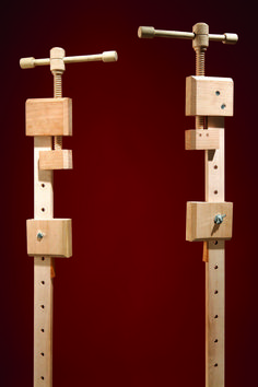 I saw stars the last time I dropped a bar clamp on my foot. Then I saw the light, in the form of a wooden handscrew. I'd been making my own handscrews—wood… Woodworking Clamps, Woodworking Magazine, Woodworking Projects Diy, Wood Shop Projects, Metal Projects, Grand Serre, Router Table Plans, Wood Repair, Wood Carving Patterns