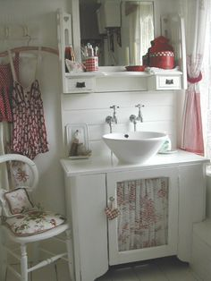 78 Clever Way to Remodelling Bathroom with Shabby Chic Dresser Cottage Bathroom Inspiration, Bathroom Red, Red Bathrooms, Parisian Bathroom, Small Bathroom, Bathroom Ideas, Estilo Shabby Chic, Bad Inspiration, Vintage Bathrooms