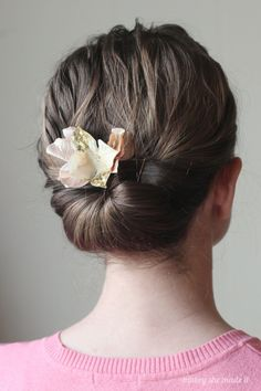 Dress up your hair with these glamorous flower combs that are simple to make and to give. Full tutorial for flower combs by Mabey She Made It.