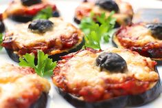 Sehr feine vegetarische Low Carb Pizza ohne Teig mit Auberginenscheiben als Boden. Perfekt als leichtes Gericht mit günem Salat als Beilage.