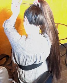 VIDEO - Mila's heavy ponytail - RealRapunzels Long Hair Ponytail, Long Ponytails, Bun Hairstyles For Long Hair, Beautiful Long Hair, Beautiful Women, Super Long Hair, Making Waves, Layered Cuts, Female Images