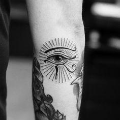 Top of 148 Ancient Egyptian Tattoos - The Most Complex Civilization Hamsa Tattoo, Ojo Tattoo, Tattoo You, Eye Of Ra Tattoo, Sanskrit Tattoo, Hand Tattoos, Body Art Tattoos, Tattoo Drawings, Script Tattoos