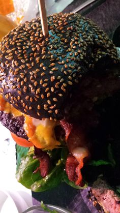 X-Burger in schwarzem Brot im Amici in Stuttgart. Lust Restaurants zu testen und Bewirtungskosten zurück erstatten lassen? https://www.testando.de/so-funktionierts