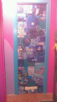 Puerta del baño decorada con recortes de revistas y cola blanca.