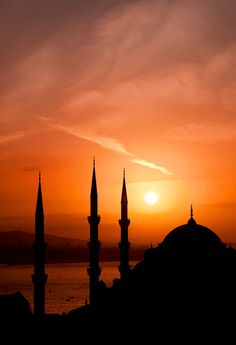 Capturing silhouette of Blue Mosque, Istanbul, Turkey in an evening Sunset. Places Around The World, Around The Worlds, Wonderful Places, Beautiful Places, Foto Blog, Amazing Sunsets, Jolie Photo, Islamic Art, Beautiful World