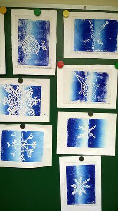 Lumihiutaleita (1.-2.lk). Linovärillä Press print -levylle tehty, tosin pullovärikin käy. (Alkuopettajat FB -sivustosta / Saila Miettunen-Sirkkala)