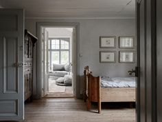 Today our story is about a home with a soul. This traditional Scandinavian cottage with a red facade is lost somewhere in the Swedish countryside, in the ✌Pufikhomes - source of home inspiration Scandinavian Cottage, Swedish Cottage, Swedish Decor, Swedish Style, Swedish House, Scandinavian Interior, Cottage Chic, Swedish Bedroom, Grand Hall