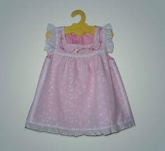 Vestido de niña, en broderie forrado en batista de algodón rosa,con detalles de bordado a mano.   https://www.facebook.com/jolieetjolie