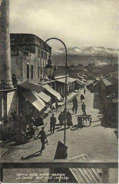 1920 ΧΑΝΙΑ ΠΛΑΤΕΙΑ ΚΑΤΩΛΑ Στο ύψος που σήμερα είναι το Κρόνος ήταν η κεντρική καστρόπορτα (Ρεθεμιώτα ή Καλέ καπί). Λίγο πιό κάτω ήταν ο Κάτωλας Old Pictures, Old Photos, Vintage Photos, Tree Identification, Crete, Istanbul, Paradise, History, Places