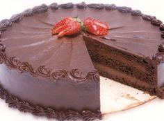 Uma receita de bolo de chocolate com cobertura que dá um resultado maravilhoso. Ótimo para quando você precisa surpreender seus convidados com um sabor e um visual diferente! Veja aqui mais de 70 Receitas de Bolo de Chocolate