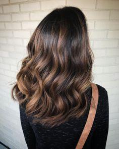 Y si prefieres usar tu tono base de pelo y dejarlo crecer, aún mejor. | 17 Imágenes que te convencerán de hacerte el efecto 'Tiger Eye' en el pelo