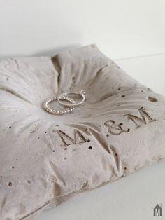 Liebe für immer: Ringkissen aus Beton mit Deinen Initialen / forever in love, perfect ring cushion for you wedding by m_hoch3 via DaWanda.com