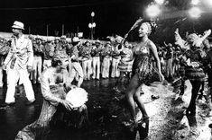 Desfile das escolas de samba com chuva. Rio de Janeiro, 6 de março de 1973.