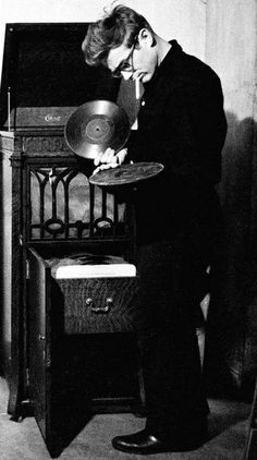 James Dean, Listening to on the phonograph. James Dean, Listening to on the phonograph. Robert Mapplethorpe, Classic Hollywood, Old Hollywood, Hollywood Actresses, Hollywood Music, Hollywood Icons, Hollywood Stars, New Look Dior, Pub Radio