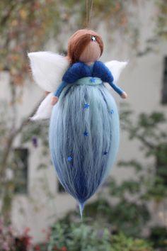 """""""Denn diese Wesen sind uns nicht täglich vor Augen, sondern ganz selten und wir sehen sie nur, damit wir darum wissen, dass es sie gibt und sehen sie so, als erschienen sie uns im... Wool Dolls, Felt Dolls, Wet Felting, Needle Felting, Hobbies And Crafts, Diy And Crafts, Felt Angel, Baby Accessoires, Felt Fairy"""