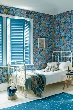 From dark and moody florals to fresh contemporary designs, florals are making a comeback for spring (and beyond). Be inspired by our favourite floral room design ideas Modern Wallpaper Designs, Contemporary Wallpaper, Designer Wallpaper, Contemporary Furniture, Wallpaper Ideas, Window Treatments Living Room, Living Room Windows, Simple Living Room, Living Room Grey