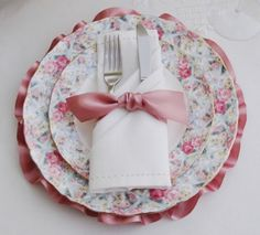 like the silverware wrapped in a napkin and tied with a pretty bow - Table Settings Beautiful Table Settings, Napkin Folding, Rose Cottage, Linen Napkins, China Patterns, Decoration Table, Table Linens, Dusty Rose, Wedding Table