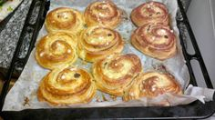 Pan de hojaldre con crema pastelera y pasas.