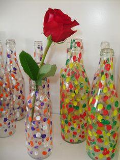 Podemos coger una botella de plástico y emplearla como jarrón. Los niños decorarán la botella con temperas de distintos colores e introducirán en el jarrón una vez terminado la flor que quieran.