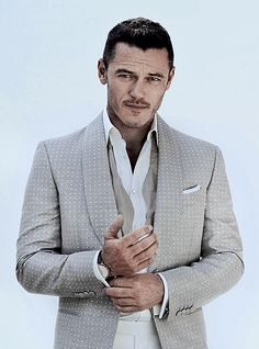 Luke Evans para August Man Magazine Julio 2015
