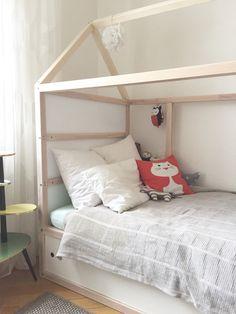 Die Veränderung im Kinderzimmer startete mit dem Wunsch nach einem neuen Bett... Gesagt, getan: ein gebrauchtes Ikea kura bekam einen neuen Anstrich, Stauraum mit Schiebetüren und ein Dach. Nun fehlt noch ein Vorhang, ne Lichterkette und das ein oder andere neue Kissen. Das Kind ist glücklich, aber in meinem Kopf sieht s anders aus: Ich hätte das Zimmer gerne pastelliger, bisher war s knallbunt....