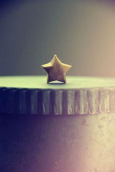 DIY - Origami-Sterne aus nur einem Papierstreifen falten!  http://barfussimnovember.com