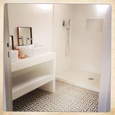Carreaux de ciment BAHYA motif Kasbah BAHYA cement tiles Kasbah pattern Bathroom Toilets, Creative Bathroom Design, House Styles, Minimalist Bathroom, Bathroom Decor, Remodel, Floor Rugs, House, Bathroom Design