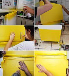 O que??? Sim. Foi assim que passamos o Domingo: reformando a geladeira. A ideia surgiu do blog A CASA QUE A MINHA VÓ QUERIA, que eu amo de paixão. Sempre ficava babando no blog da Ana e pensando qu…
