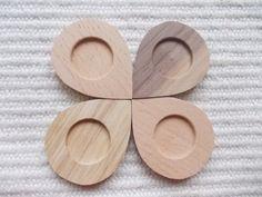 Pisaranmuotoinen täytettävä korupohja,puutyö, puuesine, puukoru, puutuote, puutyö, puutarvike, korupohja, kapussipohja, täytettävä korupohja riipus, korupohja koruharsitöihin, puinen korupohja, puinen harrastustarvike, askartelutarvike, ripuspohja, Siihen mahtuu keskelle 20 mm kuva, tekstiilityö tai kapussi  Koko:4 cm X 3 cm https://www.etsy.com/listing/161012165/4-pc-unfinished-drop-shaped-mix-wood?ref=shop_home_active_18