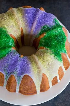 King Bundt Cake A festive King Cake for Mardi Gras – filled with a pecan, brown sugar and cinnamon swirl – baked into a Bundt pan and decorated with colored sanding sugars. Mardi Gras Food, Mardi Gras Party, Mardi Gras Desserts, Mardi Gras Decorations, E Claire, Cupcake Cakes, Bundt Cakes, Cupcakes, Layer Cakes