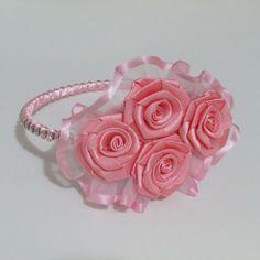 Tiara de rosas arco de metal revestido com cetim e detalhe em stráz rosas de cetim e detalhe em organza