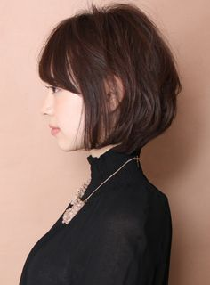 柔らかさのある女性らしいショートボブスタイルです!ショートは短すぎるしオカッパボブよりはふんわりしたい方にオススメです。顔周りに少し長さが残るので顔型もカバーをすることも可能です。後頭部はふんわりさせるようにレイヤーをいれます。トップから根元のボリュームをだすようにパーマをかけます Pretty Short Hair, Girl Short Hair, Short Hair Cuts, Short Layered Haircuts, Short Hairstyles For Women, Kawaii Hairstyles, Shot Hair Styles, Asian Hair, Hair Images