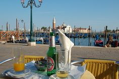 Bubbles on the terrace of Harry's bar in Venice (Italy) – Beck's beer /  LifeandBubbles.com