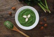 Il pesto di spinaci e mandorle vegan è un condimento velocissimo da preparare, versatile e gustoso. Ottimo per condire in modo sano tantissimi piatti.