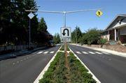 CCNPPS > Glossaire - Apaisement de la circulation. Un terre-plein central est un îlot surélevé généralement construit sur l'axe central des rues à double sens pour séparer la circulation en sens inverse et réduire la largeur des voies.