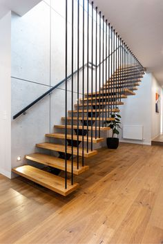 modern open tread staircase has wood treads and a single metal stringer.This modern open tread staircase has wood treads and a single metal stringer. Wooden Staircase Design, Timber Staircase, Home Stairs Design, Wooden Staircases, Interior Stairs, Modern Staircase, Stairways, Metal Stairs, Spiral Staircases