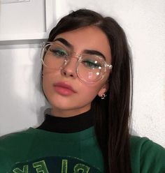 16 glam makeups that you can combine with casual outfits- 16 Maquillajes glam que puedes combinar con outfits casuales 16 glam makeups that you can combine with casual outfits - Glasses Frames Trendy, New Glasses, Girls With Glasses, Clear Glasses Frames Women, Glasses Outfit, Fashion Eye Glasses, Cute Sunglasses, Sunglasses Women, Long Layered Hair