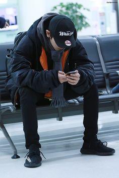 161129 Gimpo Airport departing for Tokyo Park Chanyeol Exo, Baekhyun, Types Of Boyfriends, Boy Idols, Exo Lockscreen, Airport Style, Airport Fashion, Cute Beauty, Exo Members