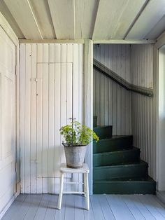 Painted wood cladding, floor and stairs.paint our stairs turquoise? Farmhouse Interior, Interior And Exterior, Farmhouse Style, Farmhouse Stairs, Gray Interior, Kitchen Interior, Wood Cladding, Interior Paint Colors, Interior Painting