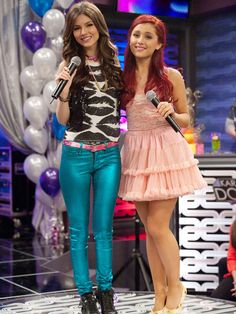 Victoria Justice & Ariana Grande: 'LA Boyz' Music Video - Watch Now!: Photo Check out this fun video of Victoria Justice and Ariana Grande singing a duet together! In the clip, the Victorious co-stars get dolled up and hit the stage for… Ariana Grande Singing, Ariana Grande Cat, Ariana Grande Fotos, Victoria Justice, Cat Valentine Outfits, Vicky Justice, Victorious Nickelodeon, Victorious Cast, Divas