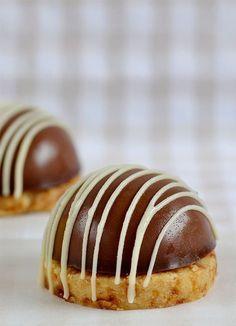 baileys and sablée chocolates with almond crocanti - bombones - Pastel Haute Chocolate, I Love Chocolate, Delicious Chocolate, Delicious Desserts, Chocolate Cake, Mini Desserts, Christmas Desserts, Chocolate Template, Baking Recipes