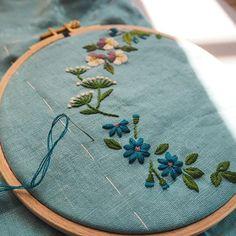 陽射しが眩しい朝。今日もひたすら ちくちく。#刺繍#手刺繍#手仕事#手作り#ハンドクラフト#ハンドメイド#草花#マカベアリス #embroidery #embroideryart #handcraft #handmade #handembroidery #flower #alice_makabe