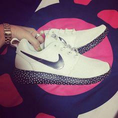 aa45a20141704  esty 588432-100 Nike Roshe Run Polka Dot White Black Nike Roshe Run Black