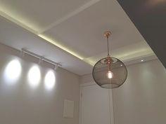 Apartamento FR   Itajaí - SC  A iluminação com uma pegada industrial e o gesso liso com pequenos detalhes ampliaram muito esse apartamento. Da pra acreditar que a parede da porta tem só 2,44m ?  com alguns truques o ambiente parece ser bem maior!  #yaarquiteta #gesso #iluminação #designindustrial #industrial #trilho #cobre #led #diningroom #livingroom #saladejantar #interiores #interiordesign #designdeinteriores #arquitetura