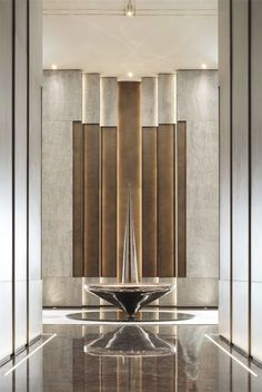 Like the wall layers, the lighting layers, 2 tone back wall Hotel Lobby Design, Modern Hotel Lobby, Feature Wall Design, Wall Panel Design, Luxury Home Decor, Luxury Interior, Luxury Homes, Modern Interior, Halls