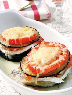 Torres de berenjena, tomate y salmón ahumado