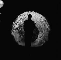 Mies seisoo Suomenlinnan liinoitusmuurien käytävässä. -...