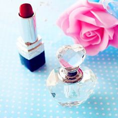 This crystal perfume bottle would be a handy wedding favor for the bridesmaid <3 Click to get them!