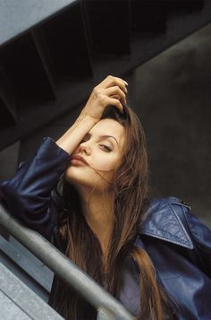 Angelina Jolie does the '90s hair flip